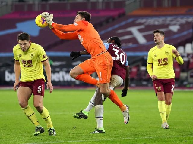 Nick Pope di Burnley riceve la palla sotto pressione da Michael Antonio del West Ham United durante il match di Premier League tra West Ham United e Burnley al London Stadium il 16 gennaio 2021 a Londra, Inghilterra.