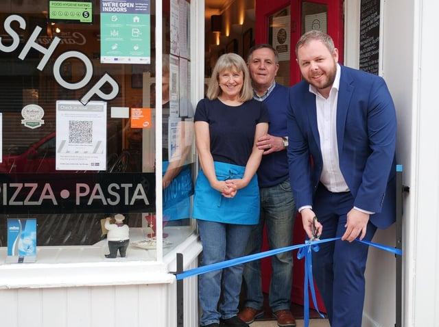 Il rappresentante Anthony Higgenbotham taglia il nastro per celebrare la riapertura del Burnley Bellissimo Café, di proprietà di John e Lyn Cebetta