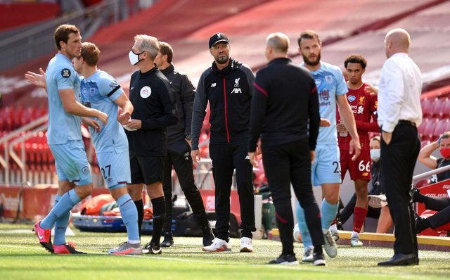 Jurgen Klopp, Manager of Liverpool speaks with Sean Dyche, Manager of Burnley. (Photo by Oli Scarff/Pool via Getty Images)